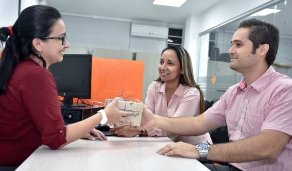 Equipo de Trabajo Recibiendo Regalos de la Empresa Camisa Rosada