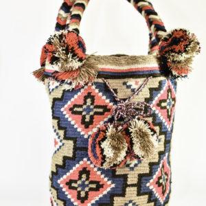 mochila wayuu con trenzas y borlas