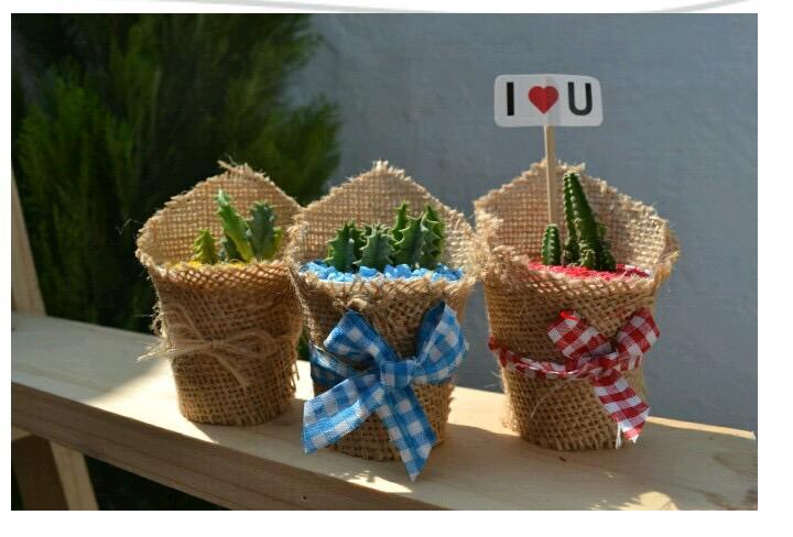0f3d4de0732 Materas pequeñas hechas de costales con cintas de colores jpg 720x488 Mini  macetas decoradas con yute