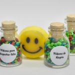frascos de vidrio con pildoras de alegria
