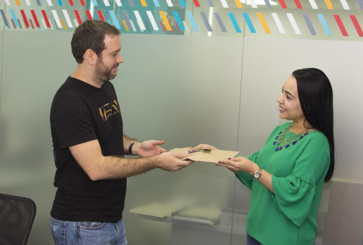 Cliente recibiendo regalos empresariales