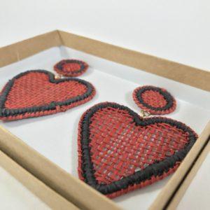 Aretes de corazon en palma