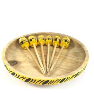 palillos y platos en madera