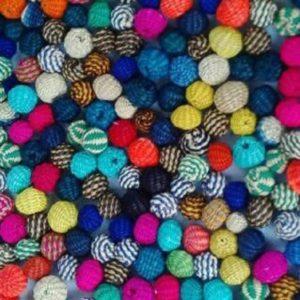 Bolitas en colores en palma de iraca