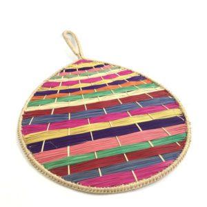 Abanicos de palma de iraca de colores con silueta redondeada