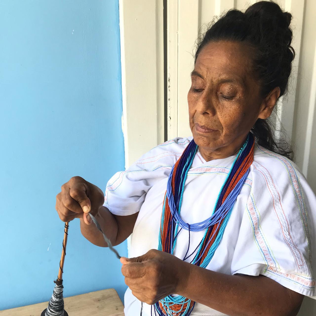 tejiendo mochilas arhuacas originales